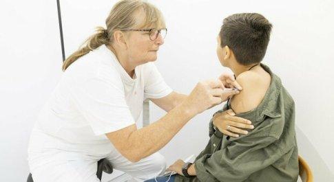 Vaccino, svolta in Gran Bretagna: ok a somminitrazione fra 12-15 anni, rovesciato il primo verdetto