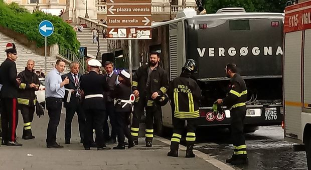 Roma, autobus dell'Atac a fuoco in piazza Venezia: paura in centro, traffico in tilt