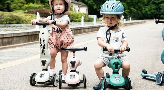 Monopattini, multati due bimbi di 4 e 6 anni: «Intralcio al traffico pedonale». Ira delle mamme. Il sindaco Sala: controlli più severi