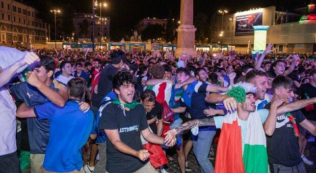 A piazza del Popolo l'entusiasmo dei tifosi per la vittoria dell'Italia contro la Spagna
