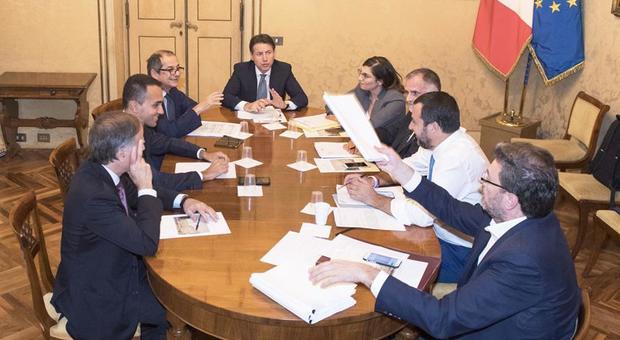 Berlusconi contro Salvini: 'Sottomesso al M5S, il governo salterà per aria'
