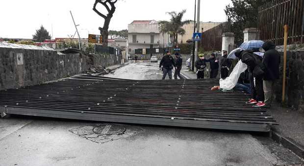 Tettoia sradicata dal vento a Napoli, feriti un pedone e un motociclista