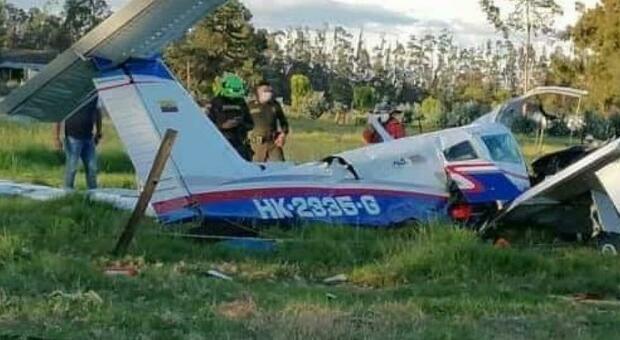 Neonato sopravvive nell'aereo precipitato in Colombia: morti il papà medico ed esperto pilota, e la mamma Foto Video Mappa