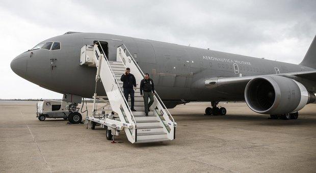 Coronavirus, via al rimpatrio dei 67 italiani da Wuhan: zona rossa sull'aereo