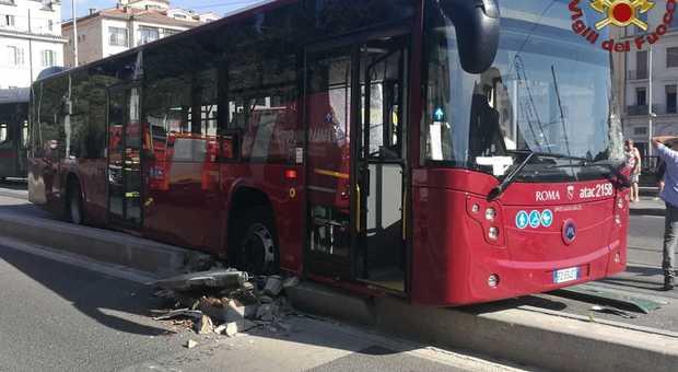 Roma, incidente tra autobus e tram in via Labicana: ferito un autista