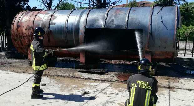 Tagliano vecchia cisterna di gasolio che prende fuoco: colonna di fumo nero e paura