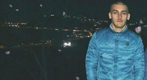 Napoli, 21enne gambizzato per futili motivi. I genitori: «Aiutateci a trovare i colpevoli»