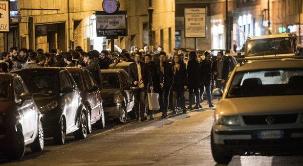 """Roma, a viale Ippocrate residenti """"cecchini"""": lanci di varechina per fermare la movida, giovani ustionati al volto"""