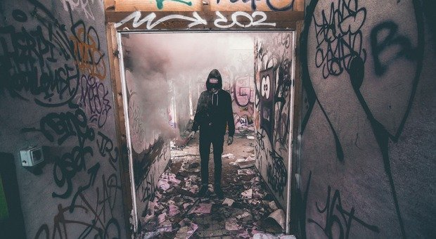Viola il coprifuoco per realizzare graffiti su un furgone: fermato dai carabinieri, viene graziato dal proprietario del mezzo