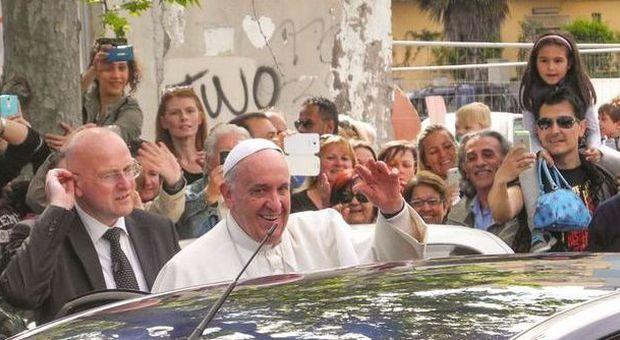 Papa Francesco a Ostia: «Pregate per me, sono un po' anziano e un po' malato»