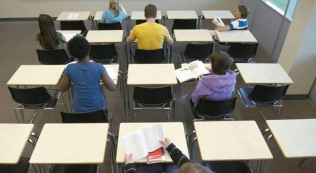 """Professore schiaffeggia otto alunni: trasferito e """"messo alla prova"""""""