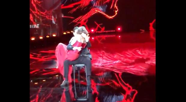 Ballando con le stelle, il bacio tra Elisa Isoardi e Raimondo Todaro durante il valzer passionale manda in delirio i fan