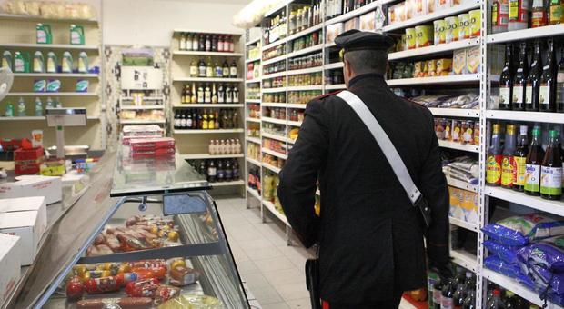 Roma, assalto al market lanciando bottiglie di alcol