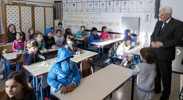 Coronavirus, Mattarella visita a sorpresa la scuola multietnica all'Esquilino. La preside: «Ha voluto stringere le mani ai bambini»