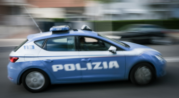 Picchia la madre per avere i soldi della droga: arrestato dalla Polizia