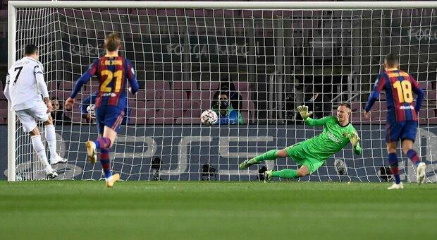 Ronaldo umilia Messi e il Barça (0-3): la Juve con la doppietta di CR7 vola da prima agli ottavi