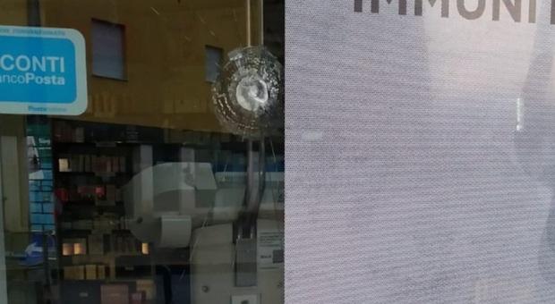 Colpisce con un violento pugno la vetrata di una farmacia danneggiandola ma non ruba nulla