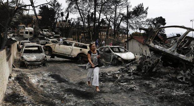 Incendi in Grecia, Atene assediata dalle fiamme: 60 morti, migliaia in fuga