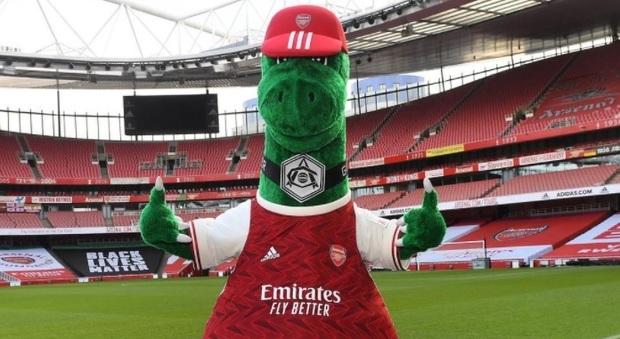 Arsenal, il Gunnersaurus a rischio licenziamento salvato da Ozil tra le polemiche