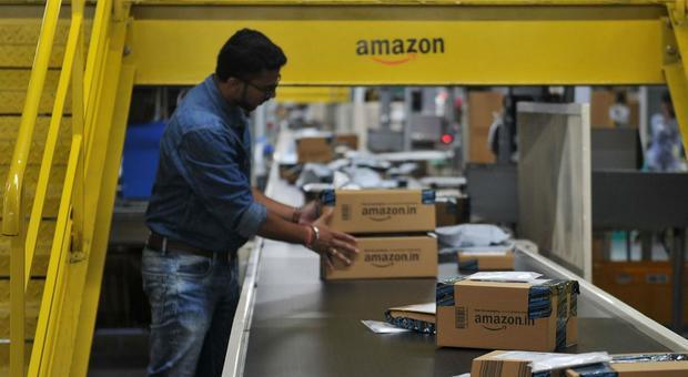 Il racket ai corrieri di Amazon: «Se vuoi consegnare nel mio rione devi pagare»