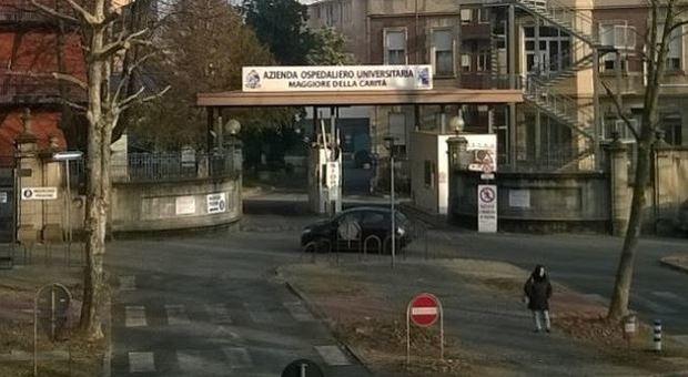 Bimbo di 2 anni morto a Novara, indagati per omicidio madre e compagno. L'autopsia: «Lesioni non da caduta»
