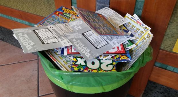"""Rubano i sacchetti di rifiuti davanti al tabaccaio per cercare """"gratta e vinci"""" usati"""