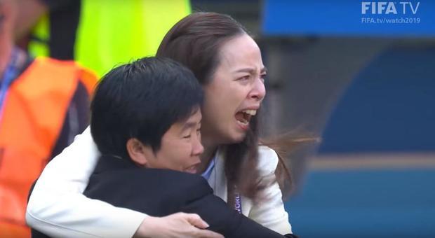 Le lacrime di Nualphan Lamsam che abbraccia la ct thailandese Nuengrutai Srathongvian
