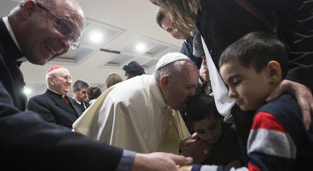 Papa Francesco in visita a Ottavia: «Le streghe non esistono, temo di più i pettegolezzi»