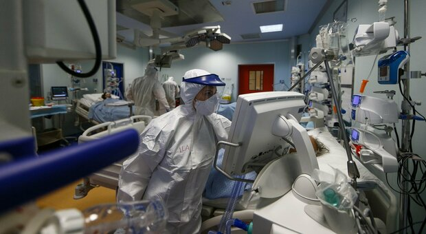 Covid Italia, Rezza: «Misure hanno aiutato a frenare la corsa del virus»