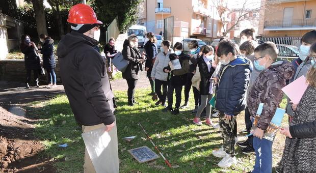 """Gli studenti della """"De Maicis"""" di Genzano guardano la tomba romana scoperta nel giardino della scuola"""
