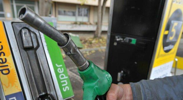 Benzina, il prezzo sale a 1,50 euro al litro al self service fino a 1,70 al servito
