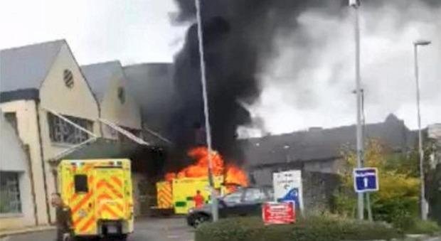 Gb, l'ambulanza esplode e diventa una palla di fuoco: muore un paziente, feriti due paramedici
