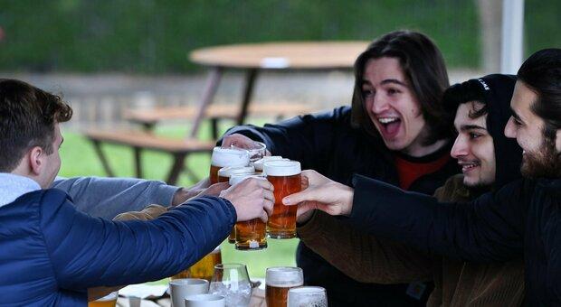 Covid, nel Regno Unito si torna nei pub e nelle palestre. Boris Johnson: «Massima cautela»
