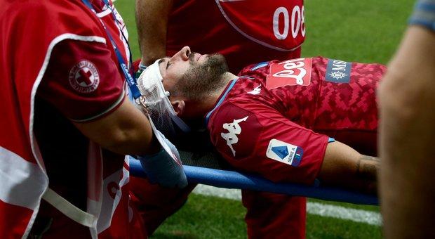 Ospina a terra dopo uno scontro con Gomez in Atalanta-Napoli: esce in barella dal campo