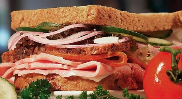 Mangia un sandwich e muore per una reazione allergica: «È il secondo caso»