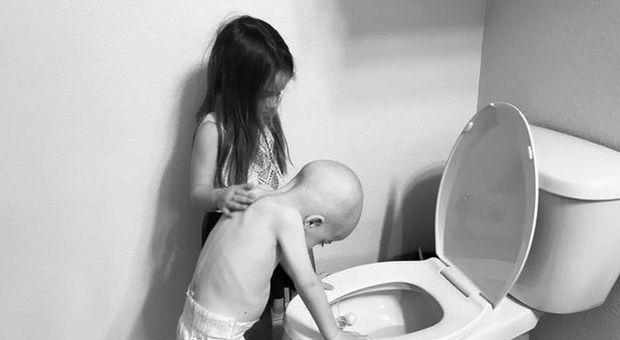 Bimbo di 4 anni malato di leucemia, la sorellina lo consola: la straziante foto condivisa dalla mamma