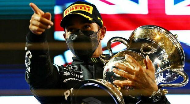 Lewis Hamilton, il Re Nero, festeggia il trionfo in Bahrain