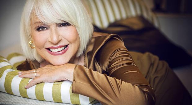Loretta Goggi: «Ho 70 anni e ci metto la faccia, ragazze fate i controlli contro l'osteoporosi»