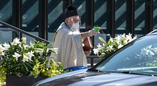 Coronavirus Usa, il prete con la pistola ad acqua: l'idea anti-contagio di un sacerdote del Michigan
