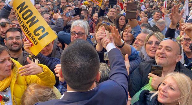 """M5S in piazza contro i vitalizi: «Non è contro governo». Ma spuntano i cartelli double face """"anti-Pd"""""""
