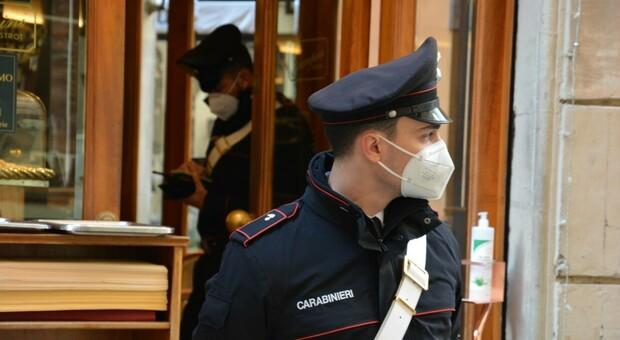 Covid a Roma, festa con 21 persone in casa per un compleanno e pranzi sulle terrazze condominiali: tutti multati