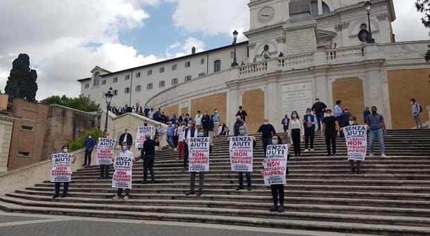 Roma, negozianti del centro protestano a piazza di Spagna: «Siamo dissanguati». L'Harry's bar: così non riapriamo
