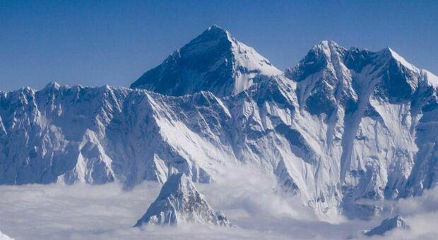 Covid, prima infezione sul monte Everest: scalatori costretti alla quarantena nel campo base