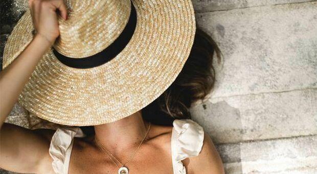 Cappello di paglia mania, l'accessorio più amato dell'estate 2020 spopola sulle spiagge
