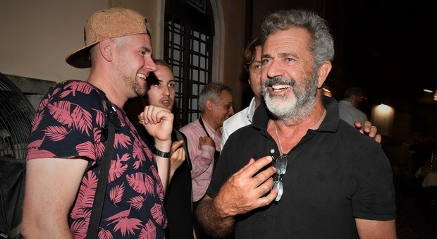 Mel Gibson in centro a Roma fotografato da RINO BARILLARI