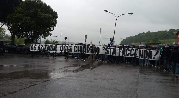 Roma, contestazione a Trigoria per l'addio di De Rossi. Il giocatore, Massara e Ranieri a confronto con i tifosi