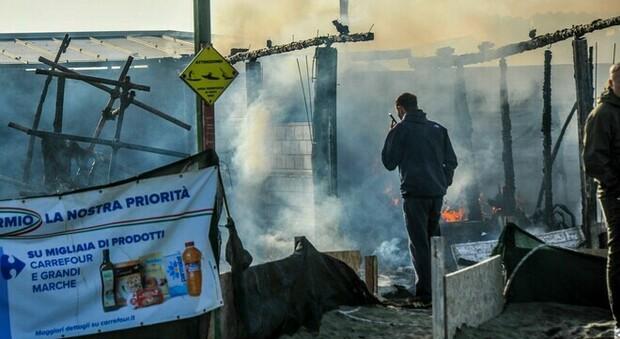 """Ostia, in fiamme lo stabilimento Oasi"""": a fuoco il rimessaggio delle attrezzature sportive"""