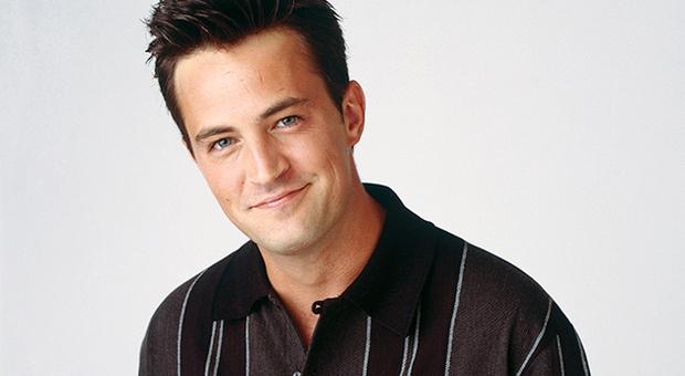 Matthew Perry grave in ospedale, Chandler della sitcom Friends ricoverato per una perforazione gastointestinale