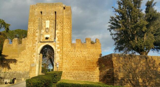 A passeggio sul muro della Fortezza Albornoz. Quattro ragazzi multati dai Carabinieri