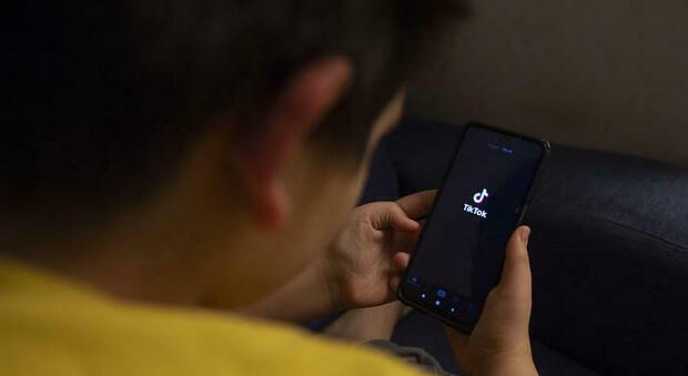 Lascia il cellulare al figlio di 7 anni: il bimbo spende 2.700 euro tra giochi e app all'insaputa della madre